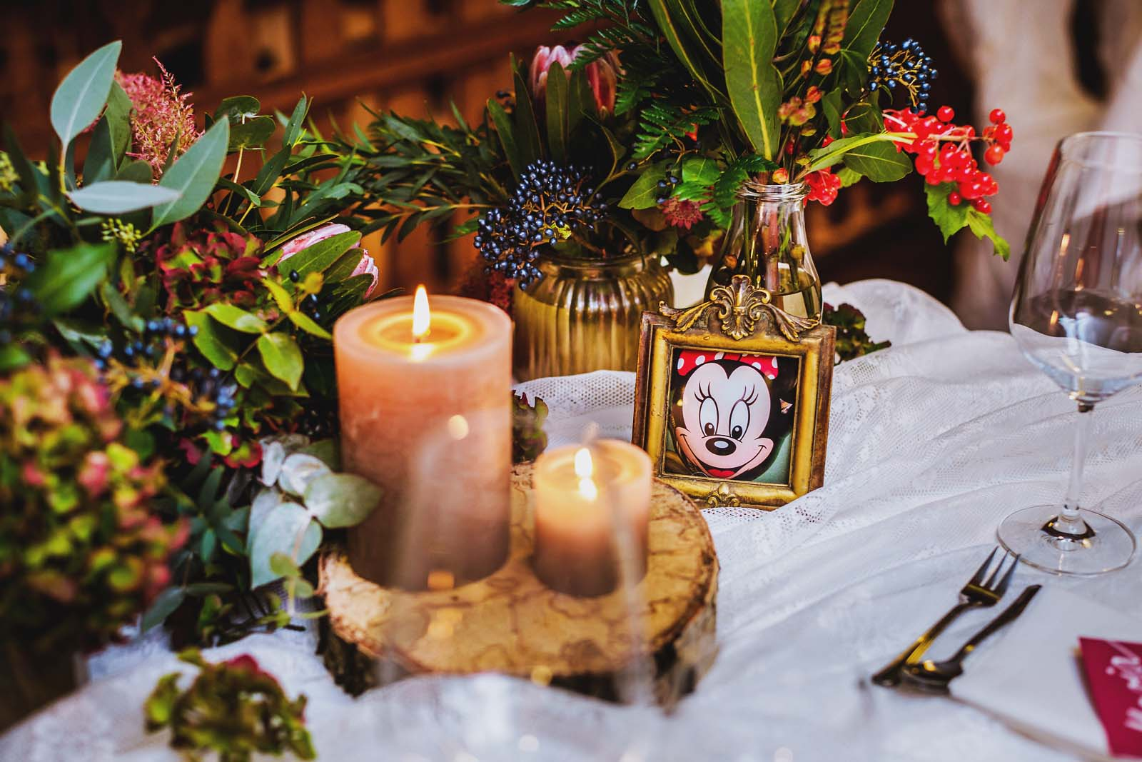 Minnie Maus als Dekoration auf einem gedeckten Tisch Detail der Hochzeit Copyright by Hochzeitsfotograf www.berliner-hochzeitsfotografie.de