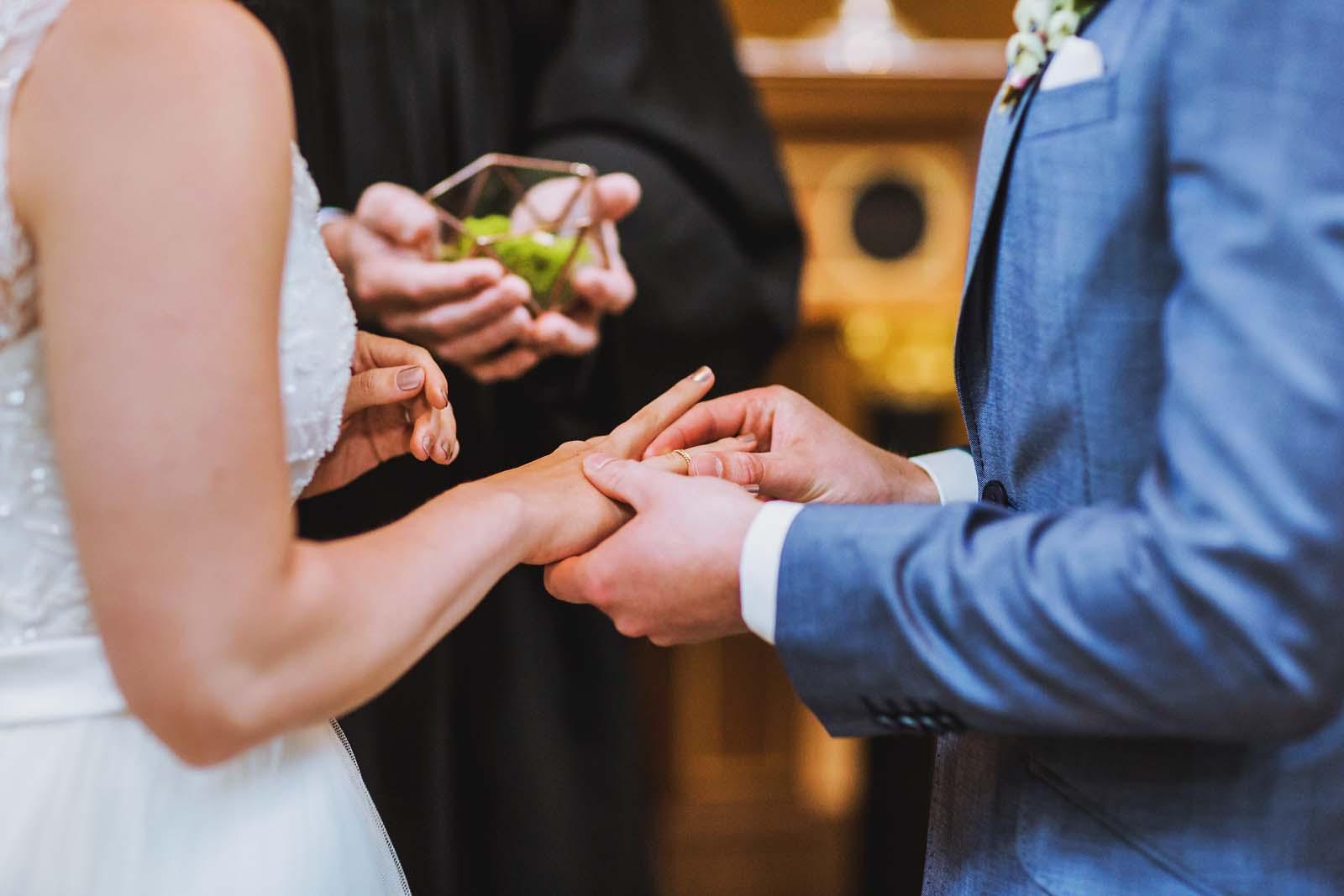 Detailfoto der Haende beim Ringtausch Copyright by Hochzeitsfotograf www.berliner-hochzeitsfotografie.de