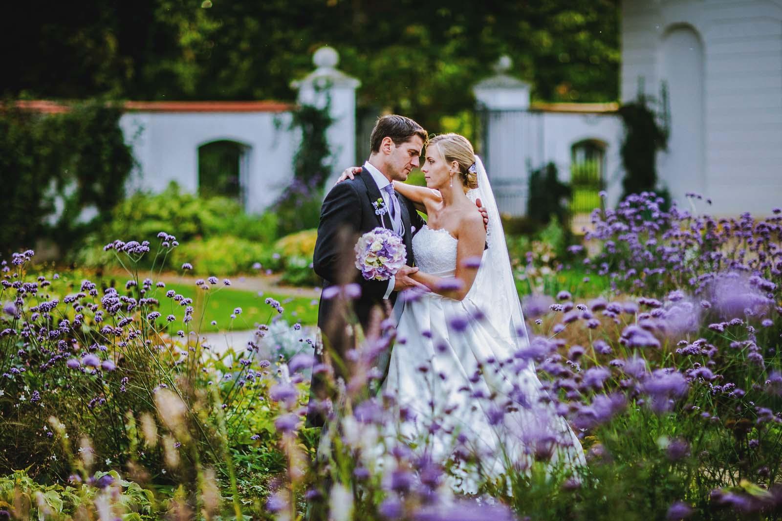 Brautpaar wird vom Hochzeitsfotograf auf Schloss Neuhardenberg fotografiert Copyright by Hochzeitsfotograf www.berliner-hochzeitsfotografie.de