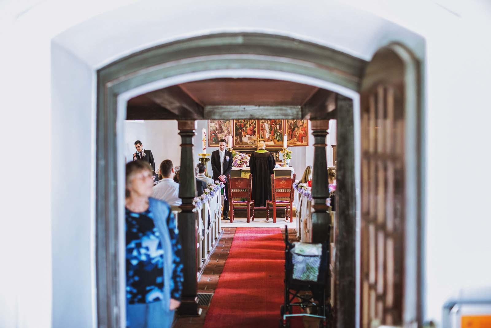 Eingang der Kirche zur Hochzeit auf einem Foto mit Details Copyright by Hochzeitsfotograf www.berliner-hochzeitsfotografie.de