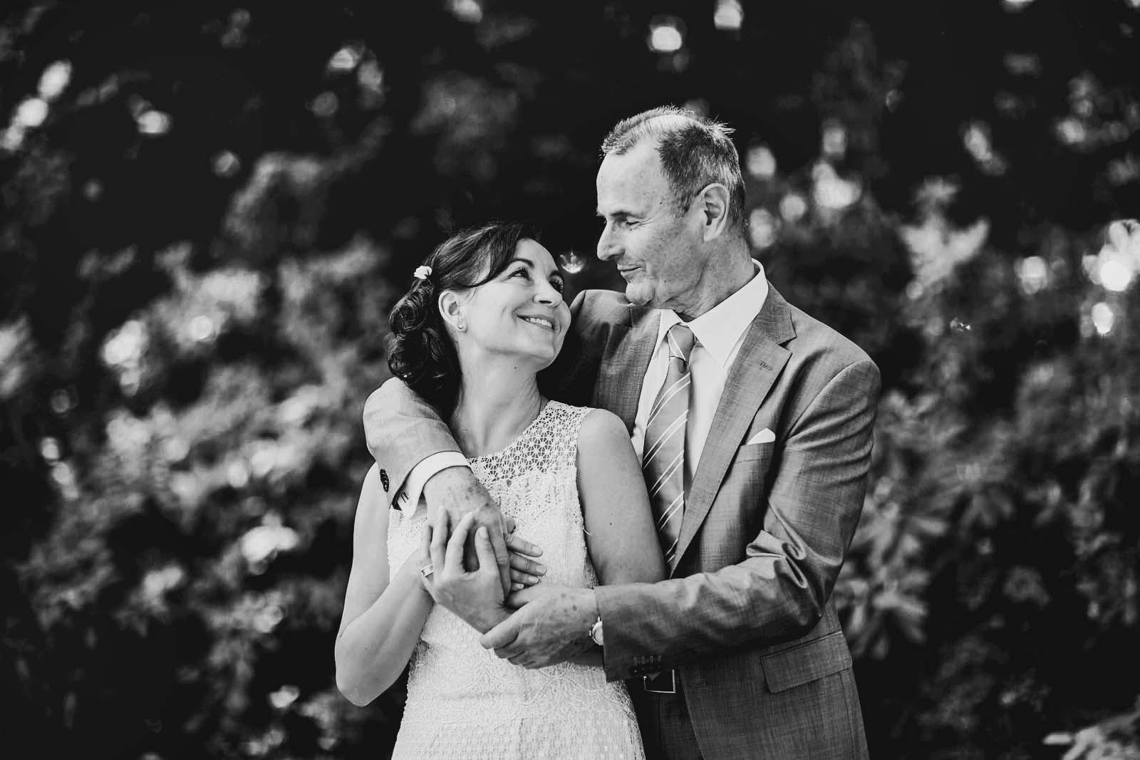 Brautpaar ist gluecklich beim Fotoshooting mit professionellem Hochzeitsfotograf Berlin Copyright by Hochzeitsfotograf www.berliner-hochzeitsfotografie.de