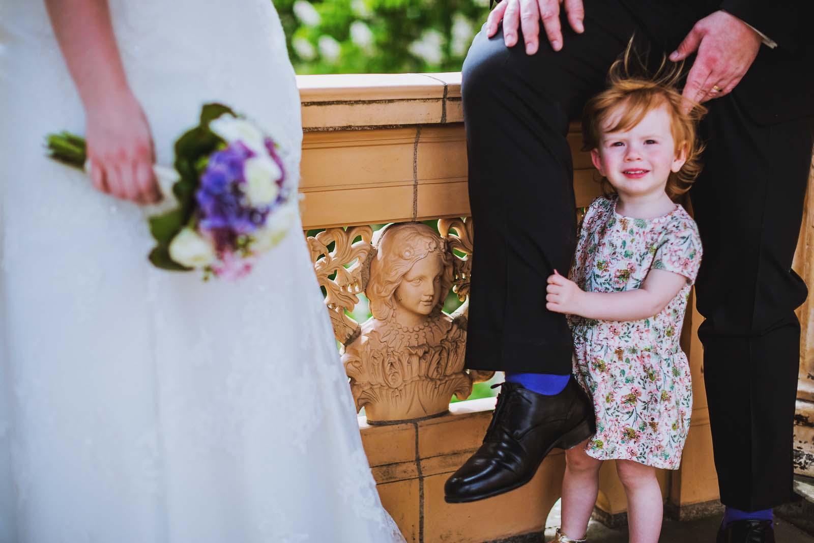 Detail einer Hochzeit zeigt Kind vom Brautpaar beim Fotoshooting Copyright by Hochzeitsfotograf www.berliner-hochzeitsfotografie.de