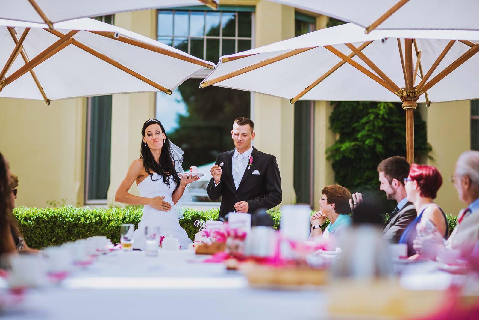 Lustiges Foto der Hochzeitsreportage bei Kaffee und Kuchen Copyright by Hochzeitsfotograf www.berliner-hochzeitsfotografie.de