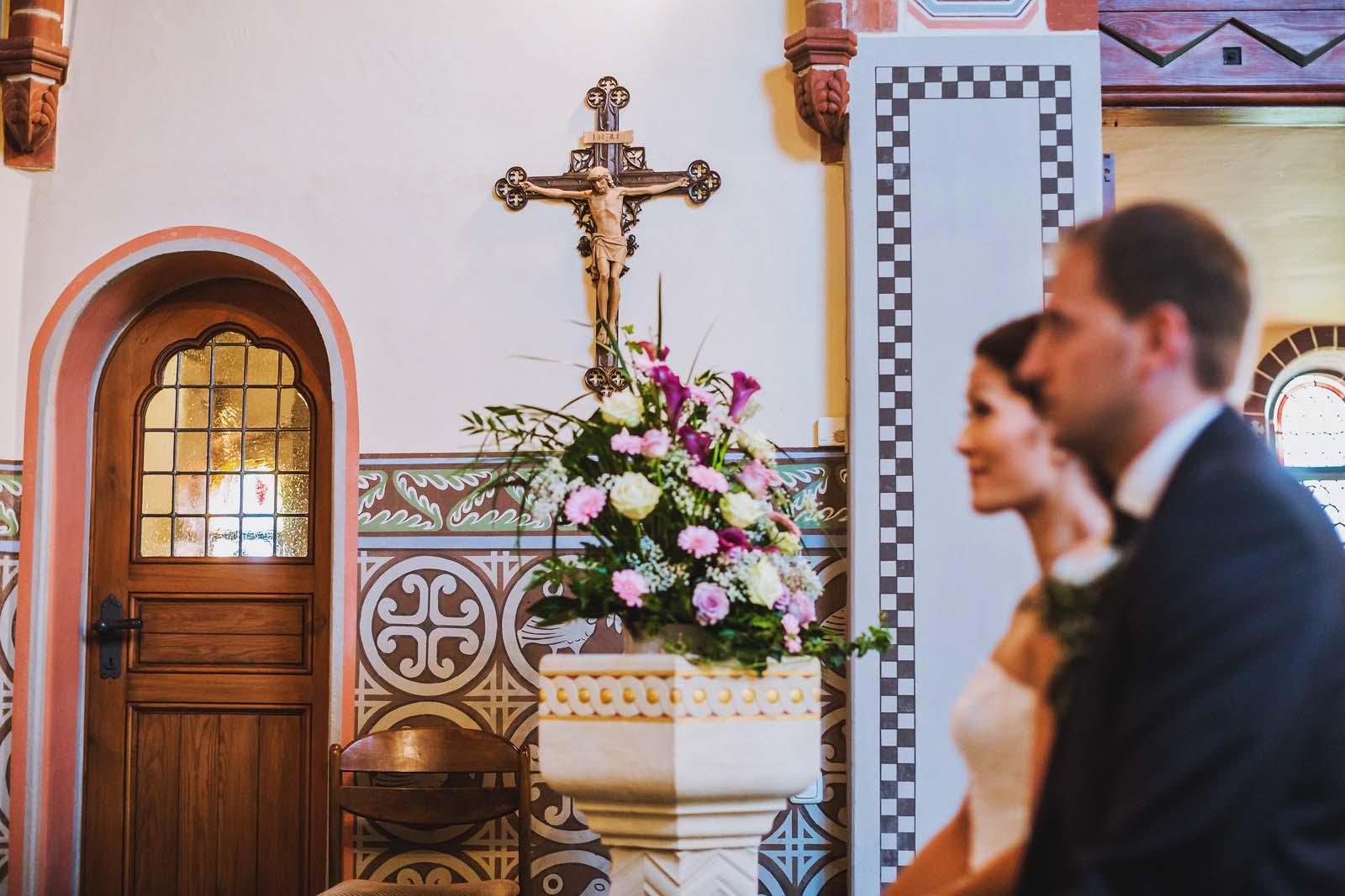 Brautpaar in Kirche Hochzeitsfotograf Berlin fotografiert ein Detail Copyright by Hochzeitsfotograf www.berliner-hochzeitsfotografie.de