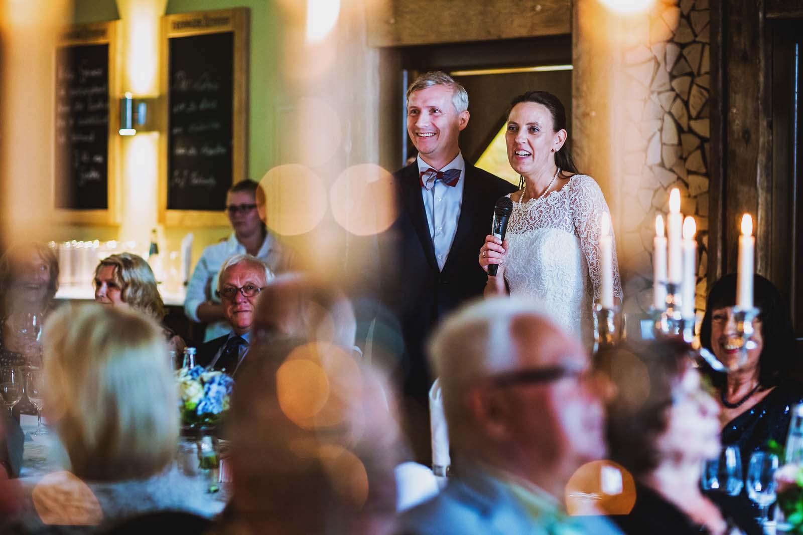 Foto der Braut bei einer Rede zur Hochzeitsfeier Copyright by Hochzeitsfotograf www.berliner-hochzeitsfotografie.de