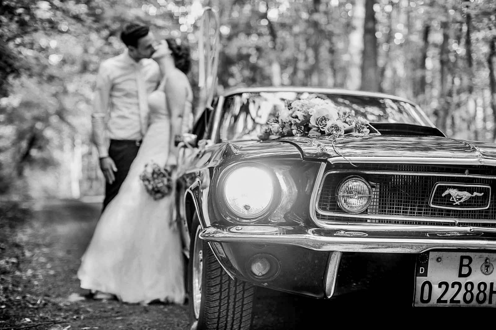 Ford Mustang Hochzeitsauto und Brautpaar auf einem Detailfoto Copyright by Hochzeitsfotograf www.berliner-hochzeitsfotografie.de